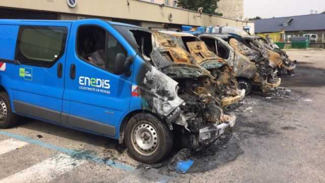 Les véhicules d'Enedis détruits par un incendie à Grenoble en 2017. DR