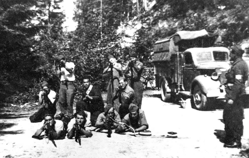 Groupe de combattants, maquisards et tirailleurs, à Valchevrière. Juin 1944. © Association nationale des pionniers du Vercors