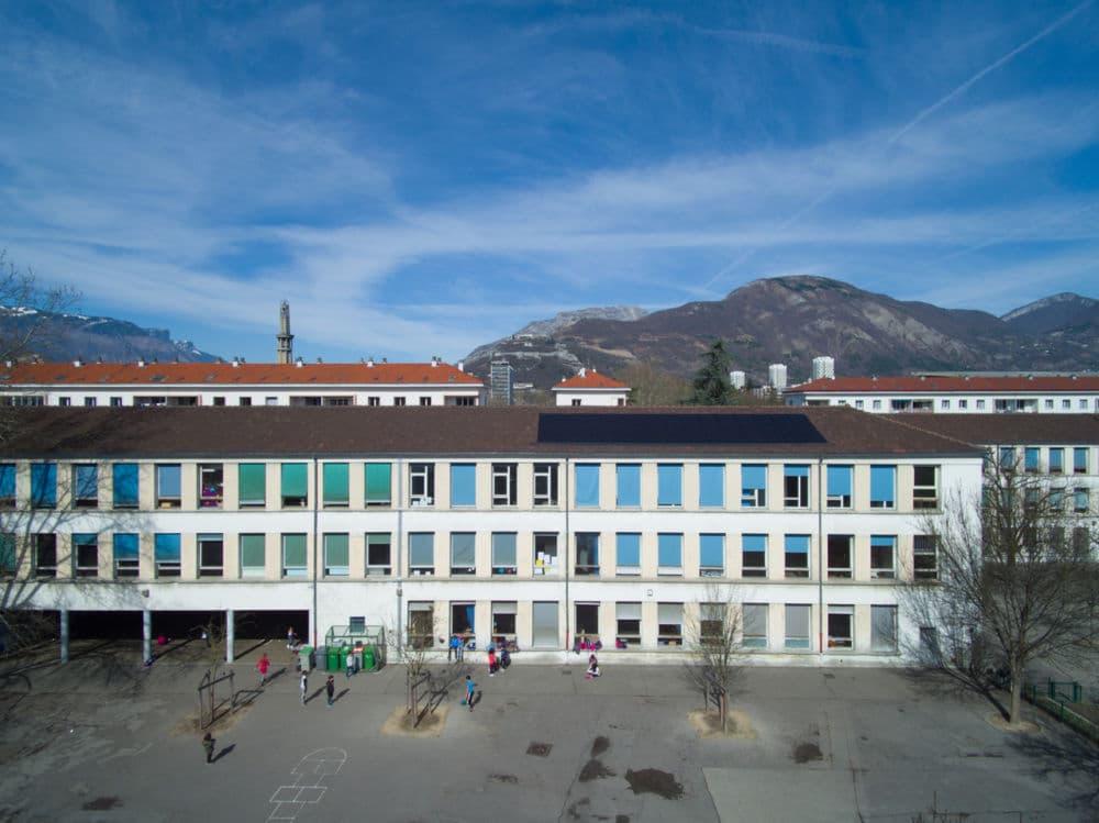 À l'occasion de la dernière rentrée scolaire de son mandat 2014-2020, la Ville de Grenoble dresse le bilan et vante son action pour les écoles grenobloises.L'école Clémenceau en route pour la cour d'école de demain ? © Ville de Grenoble