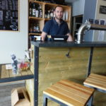 La brasserie Paye ta bière s'allie à l'association ADFE pour proposer en dépôt-vente le mobilier original réalisé par des salariés en insertion.