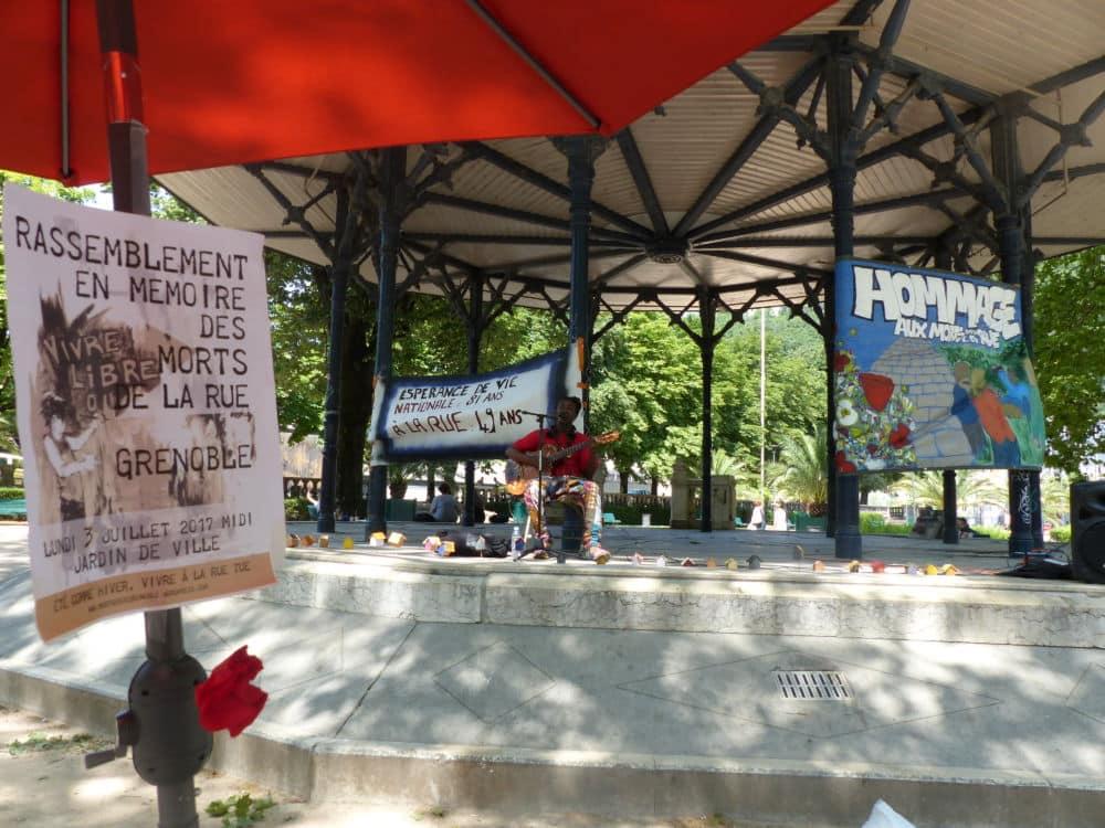 """Rassemblement en hommage aux """"Morts de rue"""", 2 juillet 2019 © Nina Soudre - Placegrenet.fr"""