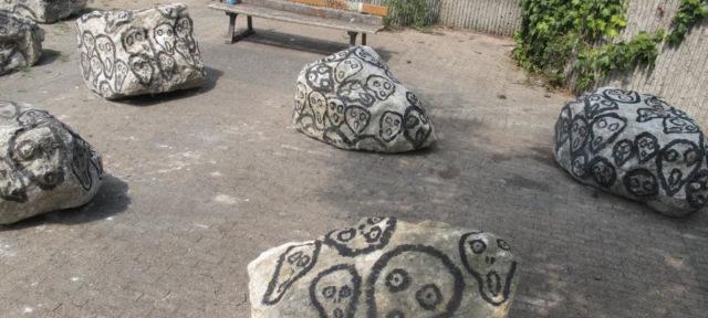 Dessins de fantôme sur les pierres installées à Saint Bruno /DR