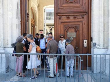 Des membres du collectif vont tenter d'obtenir une entrevue avec le préfet de l'Isère. © Joël Kermabon - Place Gre'net