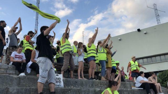 Les Gilets jaunes font coucou à une caméra de Google Maps, 14 juillet, la Bastille de Grenoble - Nina Soudre - Place Grenet.fr