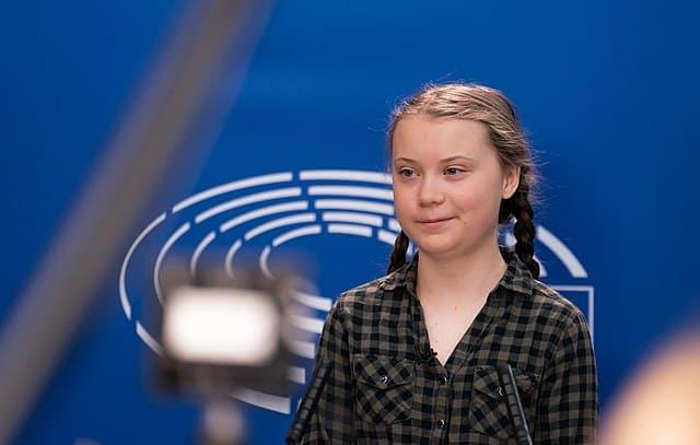 """Greta Thunberg, jeune militante pour le climat au Parlement Européen de Bruxelles, a fait un discours avant le vote des députés. CC <a href=""""https://www.flickr.com/people/36612355@N08"""" rel=""""noopener"""" target=""""_blank"""">European Parliament</a> - Wikipédia"""