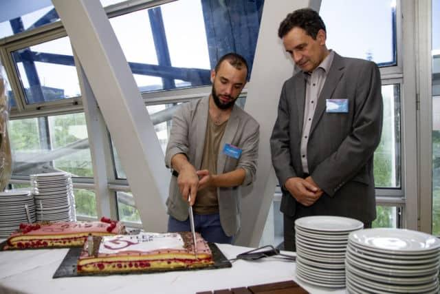 Le président du SMTC Yann Mongaburu et le directeur de la SemiTag Pierre Chervy coupent l'un des gâteaux d'anniversaire du service Flexo + PMR © Tag - Pierre Paillard