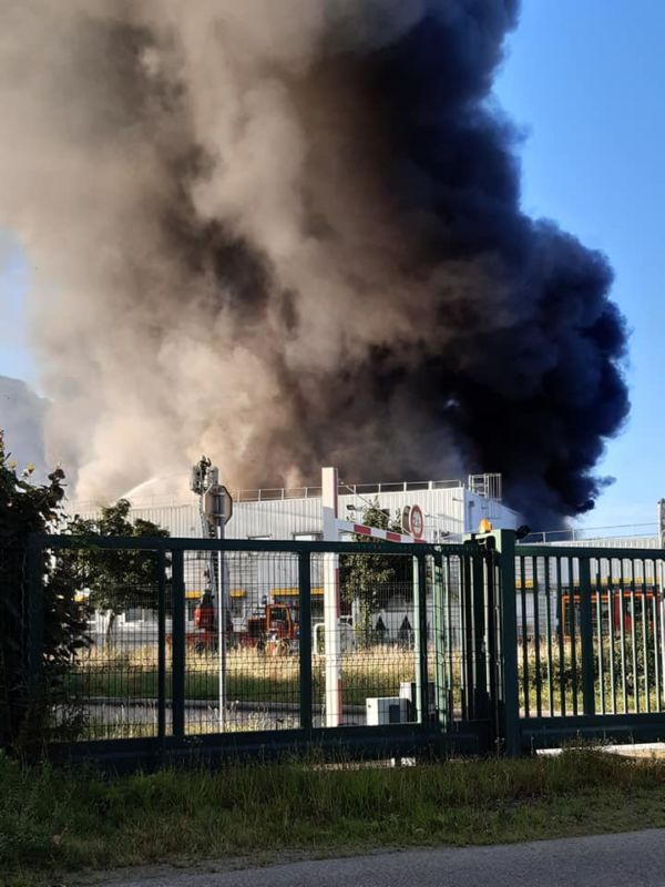 L'immense panache de fumée causé par l'incendie @ Firma Rocco - Facebook