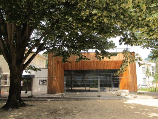 La nouvelle entrée de l'école Buffon et en ossature bois, l'extension de l'école © Séverine Cattiaux - Placegrenet.fr