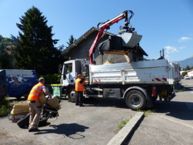 Le service des Espaces verts de la Ville de Grenoble lance une nouvelle équipe d'agents d'entretien pour lutter contre les dépôts sauvages.