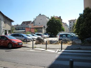 """Parking sauvage à l'angle de la rue d'Alembert, et Raspail, qui était convoité par les habitants du projet """"Les jardins de l'abbé"""". Le projet a été recalé au budget participatif 2019, vendredi 19 juillet © Séverine Cattiaux - Placegrenet.fr"""