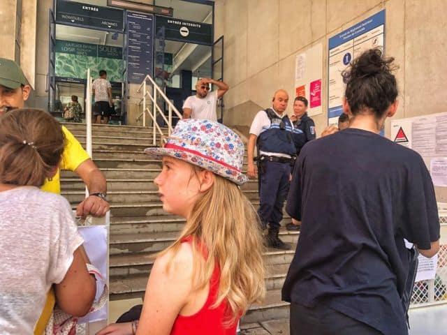 Les piscines municipales de Grenoble ont connu une journée (presque) normale dimanche 30 juin, après des semaines d'une polémique toujours vivace.La piscine Jean-Bron ouverte le dimanche sous surveillance policière. © Photo prélevée sur le compte Facebook de Stéphane Gemmani