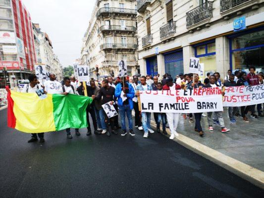 Plus de 150 personnes ont participé à une marche blanche en hommage à Mamoudou Barry mort sous les coups d'un désiquilibré sur fond de racisme. © Joël Kermabon - Place Gre'net