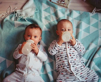 Bébés avec biberons Crédit Jens Johnsson on Unsplash
