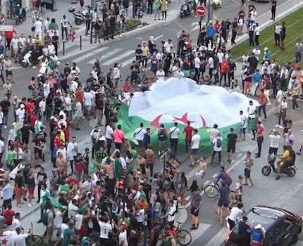Scène de liesse sur le cours Jean Jaurès à Grenoble après la victoire de l'Algérie face à la Côte d'Ivoire le 11 juillet 2019. © Placegrenet.fr