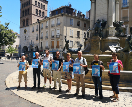 Les signataires de l'appel devant la fontaine des Trois ordres. © Joël Kermabon - Place Gre'net