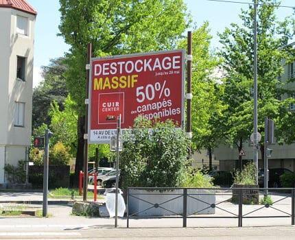 Un panneau d'affichage en limite d'un quartier résidentiel, mais aussi près d'un axe urbain. Sera-t-il interdit par le futur Règlement Local de Publicité intercommunal ? © Séverine Cattiaux - Place Gre'net