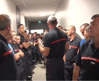 Discussion dans les couloirs de l'état-major du Sdis de l'Isère à Fontaine. © Joël Kermabon - Place Gre'net