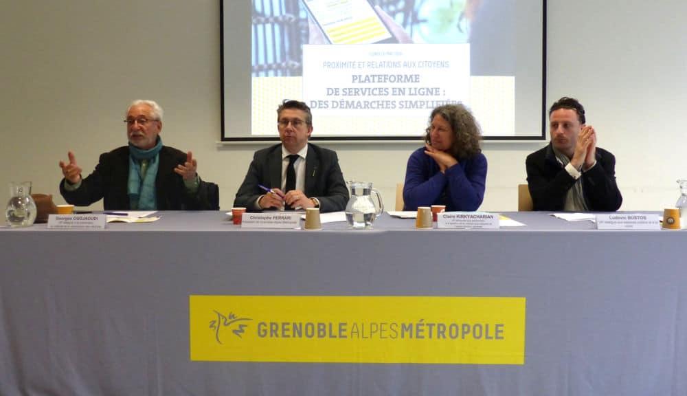 De gauche à droite : Georges Oudjaoudi, Chritsophe Ferrari, Claire Kirkyacharian et Ludovic Bustos présentent le site de démarches en ligne de la Métro. © Florent Mathieu - Place Gre'net