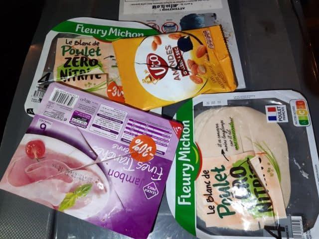 Des emballages passés au cutter pour les rendre inconsommables dans la poubelle du Franprix rue Thiers à Grenoble. © Fratrie des glaneurs solidaires grenoblois