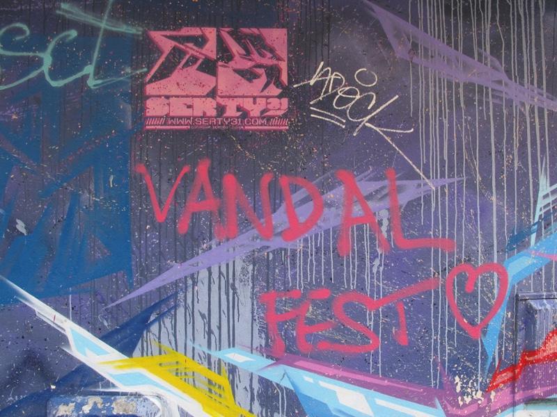 """Blaze sauvage """"Vandal fest"""" dégradant certaines fresques à Grenoble quartier Berriat Saint Bruno. Ici sur l'oeuvre """"Stellär"""" de Serty31 du street art festival 2015, située au 33 rue Abbé Grégoire © Séverine Cattiaux - Place Gre'net"""