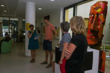 """Frédérique Ryboloviecz de l""""association Médiarts présente le travail de Gwenaël Manac'h - © Richard Collier - placegrenet.fr"""