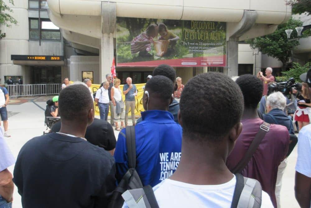 De nombreux jeunes majeurs ou mineurs non accompagnés étaient présents au rassemblement devant le Département. © Florent Mathieu - Place Gre'net