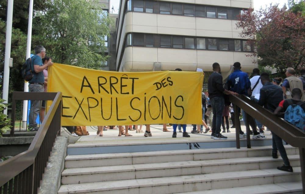 Rassemblement devant l'Hôtel du Département en août 2019 pour les jeunes majeurs étrangers © Florent Mathieu - Place Gre'net