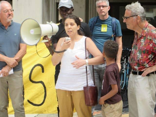 Prise de parole aux côtés de jeunes de Nadia Kirat, du groupe d'opposition RCSE du Département © Florent Mathieu - Place Gre'net