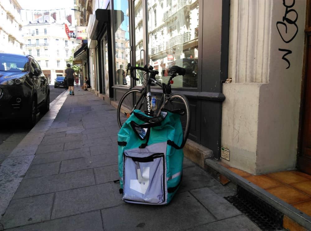 Combien de sacoches Deliveroo resteront vides à Grenoble les samedi 10 et dimanche 11 août ? © Florent Mathieu - Place Gre'net