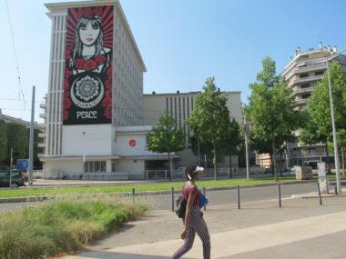 """""""Rose Girl"""" de Shepard Fairey, 5 boulevard Maréchal Joffre, probablement l'une des attractions les plus remarquées et commentées de la cinquième édition du Street art fest Grenoble-Alpes 2019. © Séverine Cattiaux - Place Gre'net"""