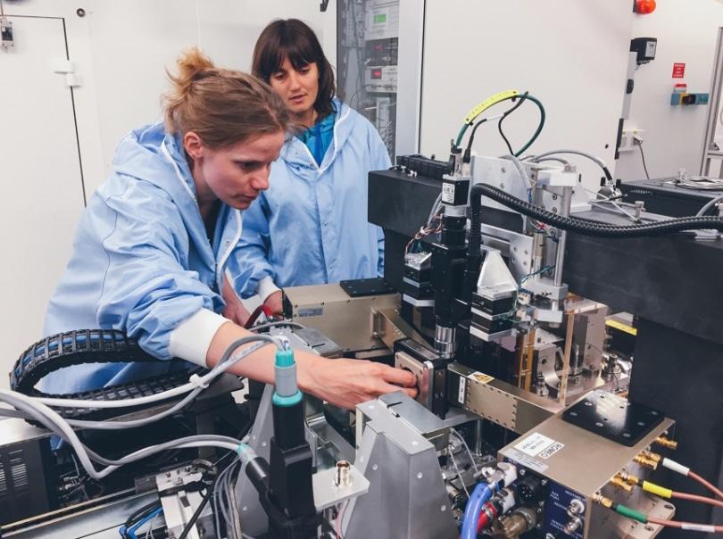 Des chercheurs de l'ESRF ont contribué à montrer que l'abrasion mécanique des aiguilles utilisées lors du tatouage pourraient être une cause d'allergie.Ines Schreiber utilisant une technique de l'ESRF. © ESRF