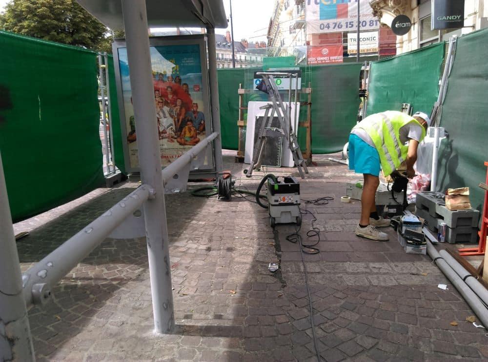 Une première étape de désossage, de ponçage et de peinture pour les abris de l'arrêt de tram Victor-Hugo © Florent Mathieu - Place Gre'net