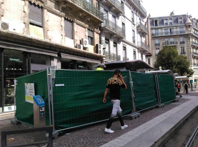 Les abris concernés par les travaux sont occultés et placés derrière des barrières de protection © Florent Mathieu - Place Gre'net