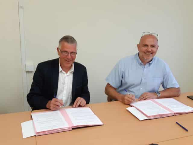 Signature de convention entre Walter Monnet, directeur général de l'association Entraide Pierre Valdo, et Stéphane Duport-Rosand, directeur général d'Actis © Actis