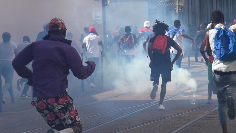 Les forces de l'ordre ont repoussé un groupe de manifestant qui tentait de se diriger vers le quartier de l'Arlequin pour venger Olivier Mambakasa