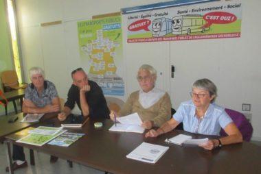 Des membres du Collectif pour la gratuité des transports publics de l'agglomération grenobloise présentent l'appel national © Florent Mathieu - Place Gre'net