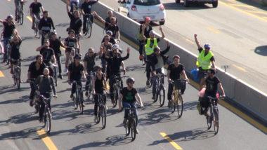 Une trentaine de militants 'Extinction rebellion à vélo pénètrent sur l'une des voies de l'A480. © Joël Kermabon - Place Gre'net