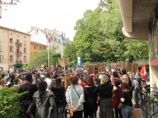 Manifestation jeunes majeurs étrangers devant l'Hôtel du Département © Florent Mathieu - Place Gre'net