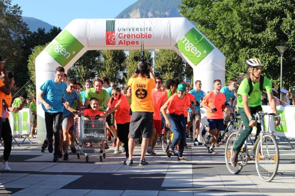"""Les courses sont chaque année un succès. Les participants découvrent le campus et obtiennent un T-shirt gratuit au couleur de l'événement """"UGA c'est party""""."""