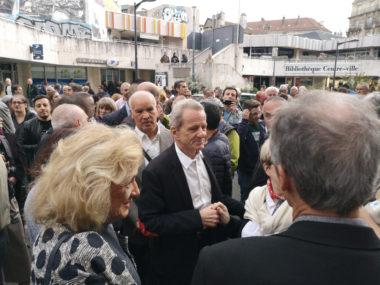 Bain de foule pour l'ancien maire de Grenoble. devant le siège pour l'alternance © Joël Kermabon - Place Gre'net