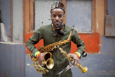 Jowee Omicil, saxophoniste et multi-instrumentiste, revisite ses racines haïtiennes. Hexagone de Meylan DR