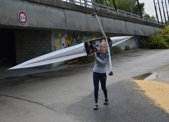 Le bateau avec lequel la Grenobloise s'entraîne fait 7 m de long et pèse 14 kg. © Laurent Genin