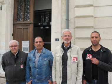 agente expulsée : Le syndicat FO de la Ville de Grenoble et Chérif Boutafa, son secrétaire général (veste en jean) lundi 9 septembre 2019 © Séverine Cattiaux - Place Gre'net