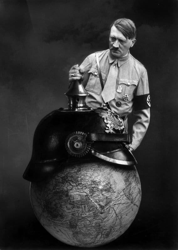 Quand Marinus représente Hitler coiffant le globe terrestre d'un casque à pointe. © Collection Gunner Byskov