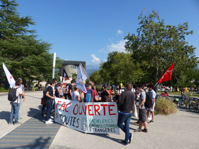 Les syndicats étudiants appellent encore au rassemblement devant la présidence de l'UGA le 2 octobre, en soutien à la délégation reçue le jour même.Manifestation étudiante sur le campus de Grenoble © Thomas Courtade - Place Gre'net