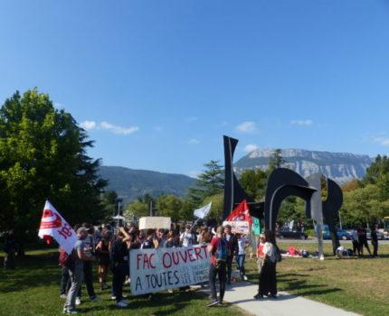 Manifestation d'une trentaine d'étudiants à l'occasion de la visite ministérielle. Crédit photo : Thomas Courtade