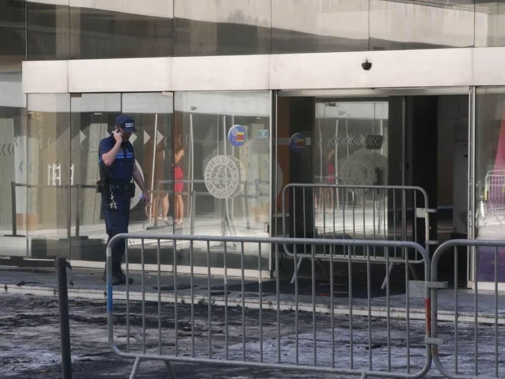 Hôtel de Ville de Grenoble - barrières disposées à la suite de l'incendie. © Sébastien Riglet - Place Gre'net