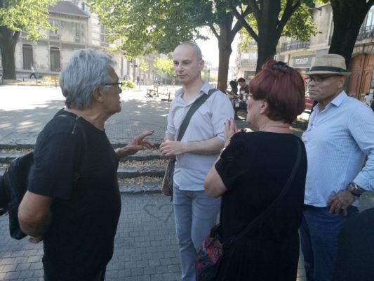 Naëm Bestandji discutant avec des membres du collectif Résistance universelle. © Joël Kermabon - Place Gre'net