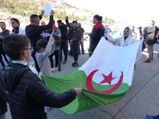 Rassemblement devant le Consulat d'Algérie de Grenoble en mars 2019 © Florent Mathieu - Place Gre'net