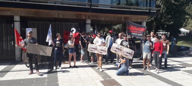 Une trentaine d'étudiants et de militants syndicaux manifestent pour l'inscription de tous les étudiants. Crédit photo : Thomas Courtade